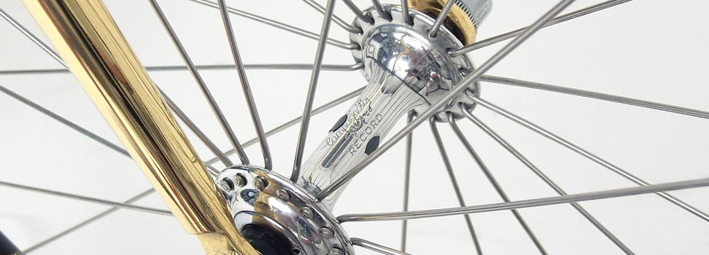 Koło rowerowe zaplecione w słoneczko